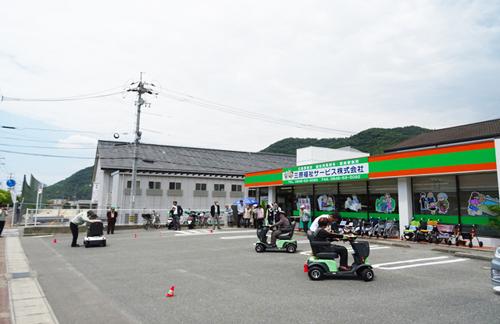 三原福祉サービス店舗前で電動車の交通安全教室