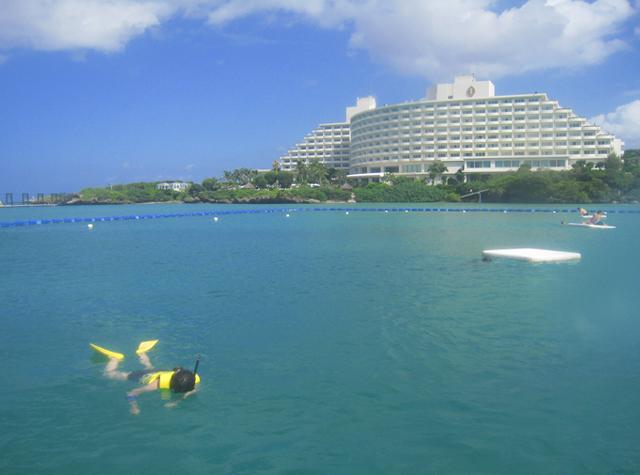 沖縄の海とホテル