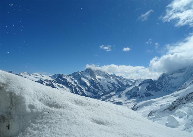 雪化粧のスイスのアルプス